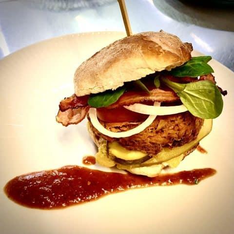 Pulled Pork Burger angerichtet mit Pommes Frites.
